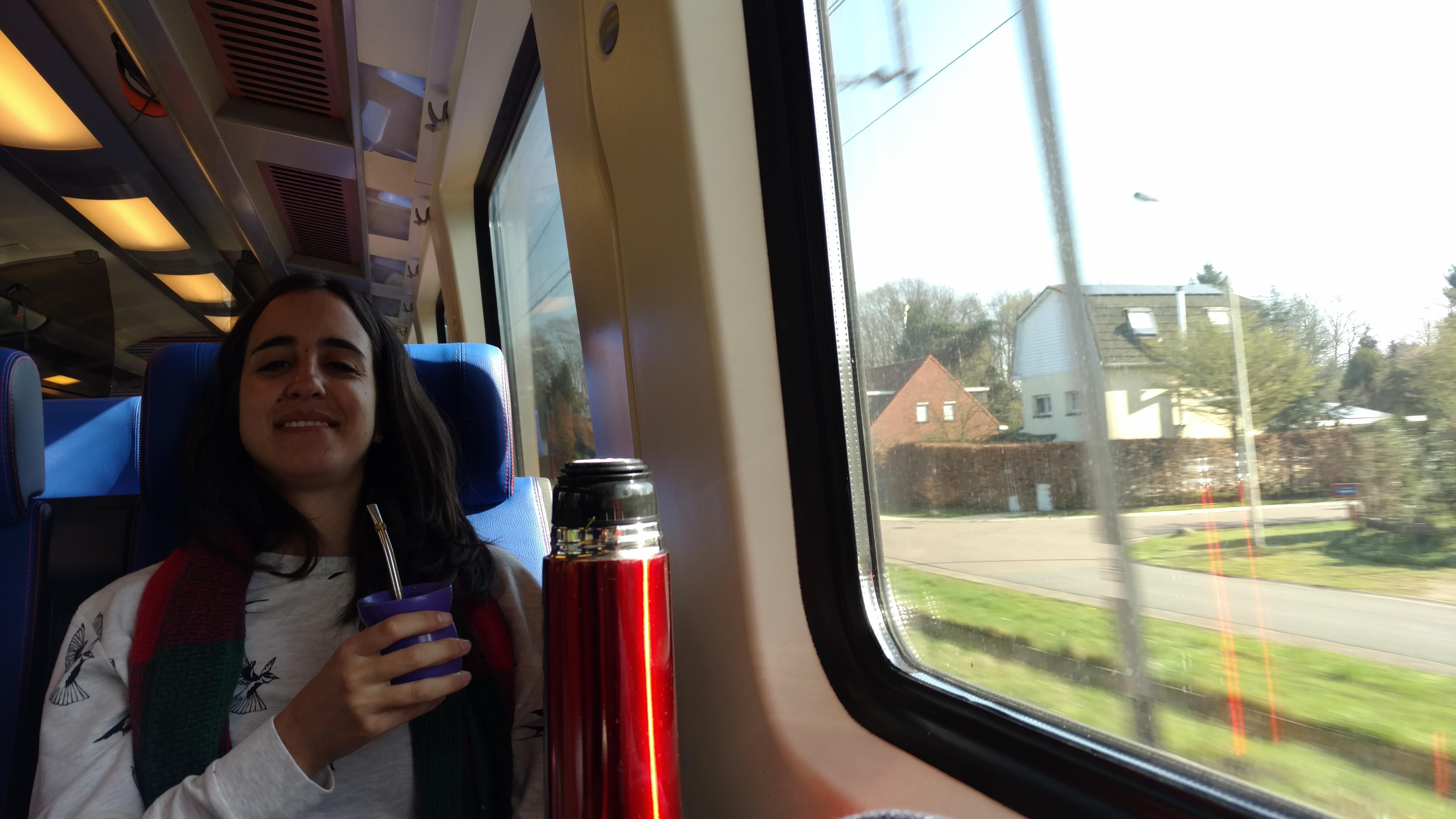 Tomando mate en el tren